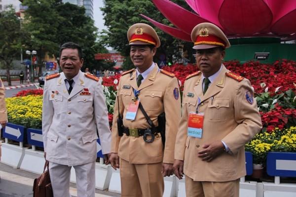 Đại tá Đào Vịnh Thắng cùng chỉ huy Phòng CSGT xuống đường chỉ đạo CBCS phân luồng, đón dẫn các đoàn đại biểu dự Đại hội