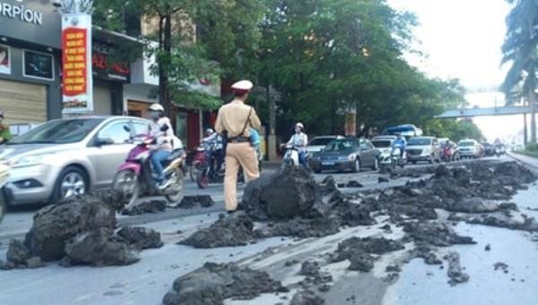 Bùn đất rơi vãi từ xe tải xuống đường đã khiến ảnh hưởng nghiêm trọng đến ATGT trên đường Trần Duy Hưng