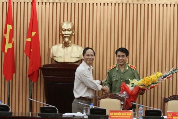 Đồng chí Nguyễn Hoài Nam chúc mừng Thiếu tướng Nguyễn Đức Chung, Giám đốc CATP Hà Nội vừa được bầu giữ cương vị Phó Bí thư Thành ủy