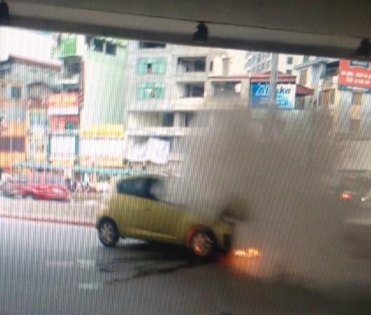 Chiếc xe bốc cháy phần đầu, lửa đỏ rực ở phía dưới (Ảnh chụp từ clip)
