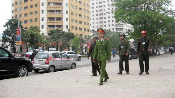 Lực lượng CSTT, dân phòng, bảo vệ dân phố tuần tra nhắc nhở người dân trên các tuyến phố đảm bảo TTĐT