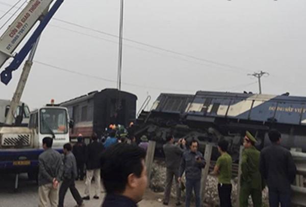 Tàu hỏa hất văng xe chở đá, lái xe bị thương nặng ảnh 1