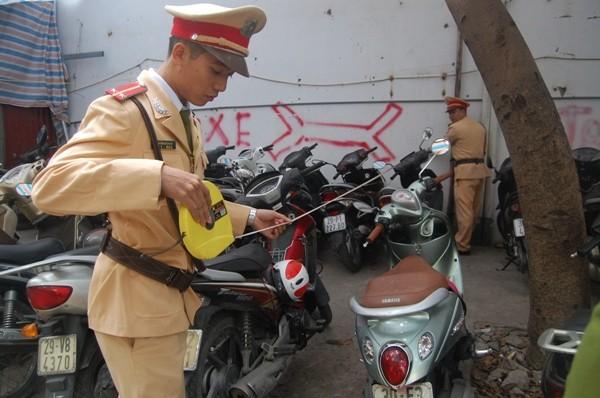 Tổ công tác kiểm tra diện tích vi phạm của bãi trông giữ xe trái phép