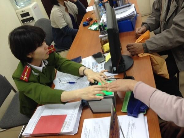 Sau khi kê khai xong thông tin, người dân sẽ được lấy dấu vân tay phục vụ cho việc cấp căn cước công dân