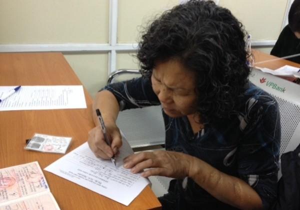 Người dân đăng ký thông tin vào tờ khai cấp căn cước công dân