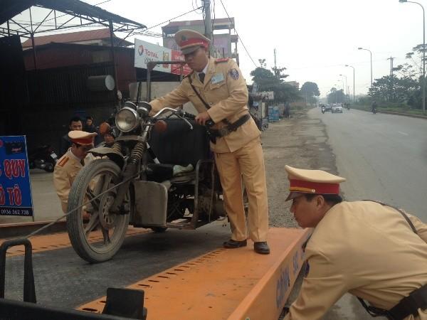 Ngoài xe tải, xe ba bánh tự chế cũng bị Đội CSGT số 10 kiên quyết thu giữ