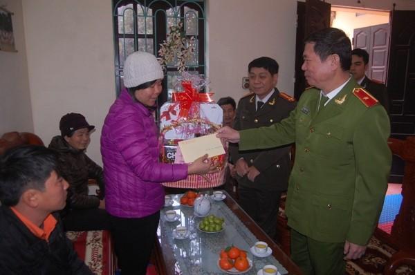 Thiếu tướng Đinh Văn Toản thay mặt Đảng ủy, Ban Giám đốc CATP Hà Nội đến thăm, tặng quà chúc Tết Trung úy Nguyễn Thị Hồng Hạnh và gia đình