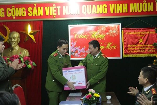 Thiếu tướng Đinh Văn Toản tặng quà, chúc Tết CBCS CAP Nam Đồng