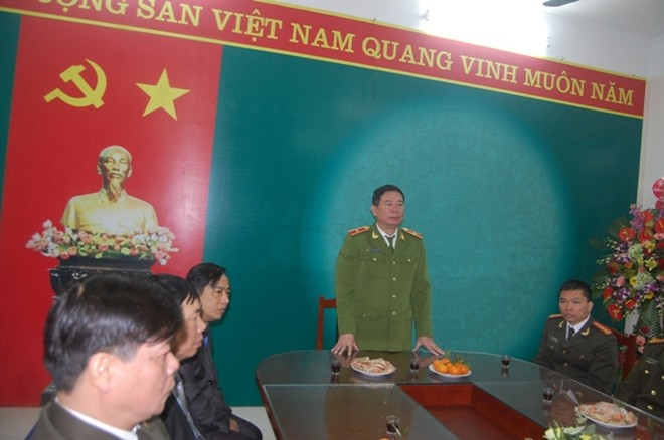 Thiếu tướng Đinh Văn Toản chúc mừng những thành tích của Đảng ủy, HĐND, UBND phường Nam Đồng