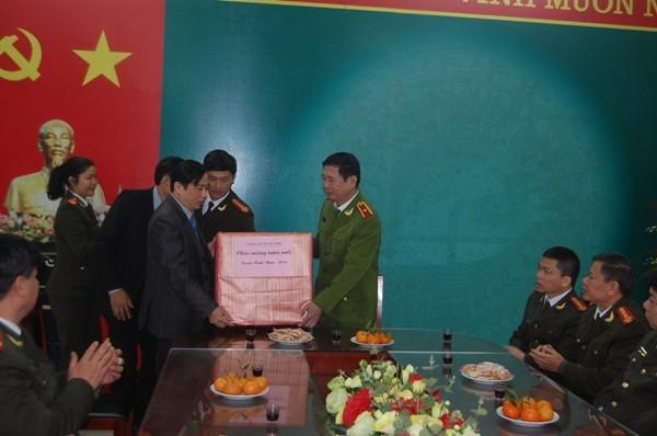Đồng chí Phó Giám đốc CATP Hà Nội tặng quà, chúc Tết Đảng ủy, HĐND, UBND phường Nam Đồng nhân dịp năm mới 2016
