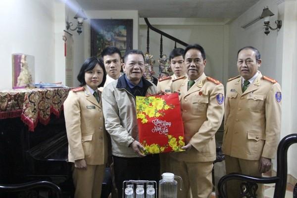 Đại tá Đào Vịnh Thắng tặng quà, chúc Tết đồng chí Lê Đức Đoàn và gia đình
