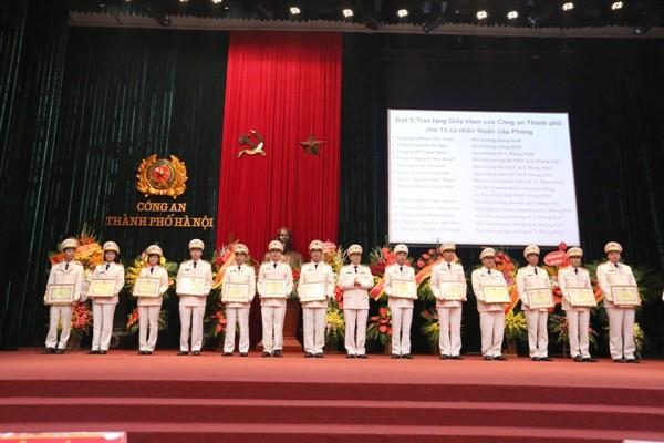 Đại tá Đào Thanh Hải, Phó Giám đốc CATP Hà Nội tặng Giấy khen của Giám đốc CATP Hà Nội cho các tập thể, cá nhân có thành tích xuất sắc trong công tác