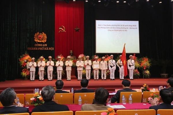 Thừa ủy quyền của Chủ tịch nước, Trung tướng Phạm Dũng, Thứ trưởng Bộ Công an trao tặng Huân chương Bảo vệ Tổ quốc hạng Nhất cho Phòng CSGT đường bộ - đường sắt, CATP Hà Nội