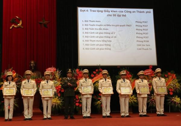 Thiếu tướng Lưu Quang Hợi, Phó Bí thư Đảng ủy, Phó Giám đốc CATP Hà Nội tặng Giấy khen của Giám đốc CATP Hà Nội cho các tập thể, cá nhân có thành tích xuất sắc trong công tác