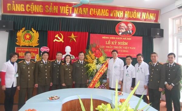 Đại tá Đoàn Ngọc Hùng, Phó Giám đốc CATP Hà Nội tặng hoa chúc mừng Bệnh viện CATP Hà Nội nhân kỷ niệm Ngày thầy thuốc Việt Nam 27-2