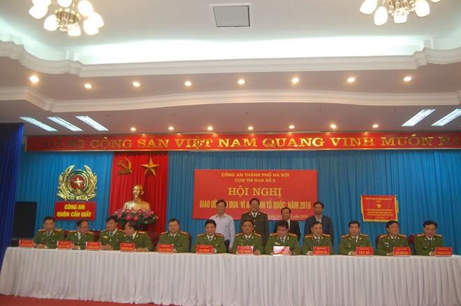 Thiếu tướng Lưu Quang Hợi cùng đại diện Quận ủy, HĐND, UBND quận Cầu Giấy chứng kiến 12 thành viên của Cụm thi đua số 6 ký cam kết thi đua năm 2016