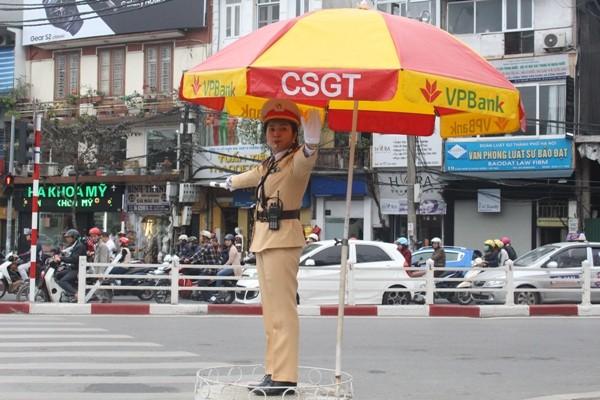 Đại úy Nguyễn Thị Thu Giang phân luồng điều khiển giao thông
