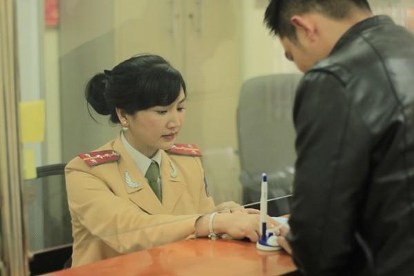 Đại úy Nguyễn Thị Hồng sau ca trực lại trở về đơn vị làm công tác giải quyết thủ tục hành chính phục vụ nhân dân