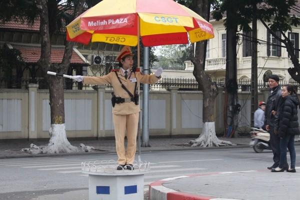 Thiếu úy Đinh Hồng Loan chỉ mong muốn đường phố thông thoáng, người dân đi lại an toàn