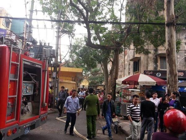 Lực lượng công an điều cả xe cứu hỏa đến để khống chế đối tượng manh động