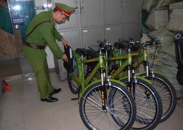 Mặc dù diện tích rất chật hẹp song Ban chỉ huy CAP Hàng Đào vẫn khéo léo, bố trí khoa học những chiếc xe đạp ở khu vực trực ban của đơn vị, đảm bảo hiệu quả khi sử dụng