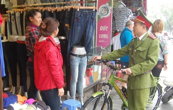 Sự gần gũi của người CSTT với chiếc xe đạp đã tạo nên hình ảnh thân thiện, đẹp trong mắt người dân