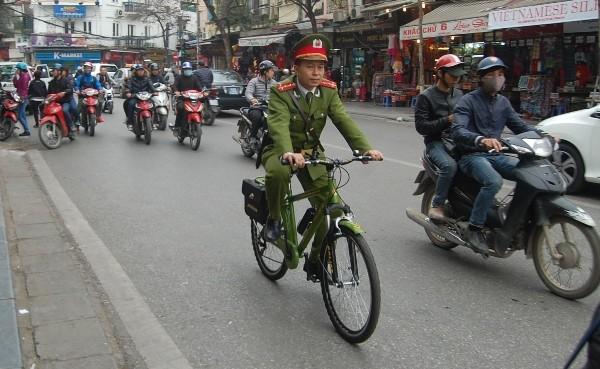 CSTT đi xe đạp làm nhiệm vụ đã trở thành hình ảnh thân thương trong mắt người dân phố cổ, du khách quốc tế