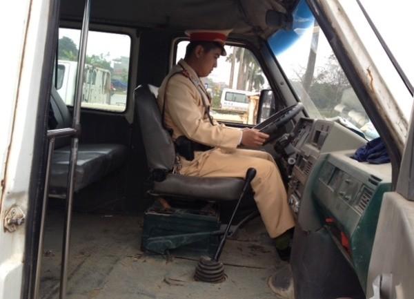 Đáng chú ý, trong quá trình kiểm tra, CSGT còn phát hiện chiếc xe khách mang BKS 29L-8157 do Nguyễn Văn Nam điều khiển vi phạm trong tình trạng không có bằng lái. Chiếc xe khách này theo đánh giá của CSGT là rất cũ nát, nhưng hàng ngày vẫn được sử dụng để chở các học sinh tại trường THPT Ngô Sỹ Liên (Xuân Mai).