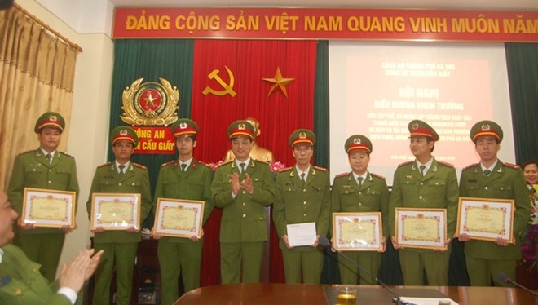 Đại tá Nguyễn Duy Ngọc biểu dương, chúc mừng, tặng Giấy khen của Giám đốc CATP Hà Nội cho các tập thể, cá nhân thuộc CAP Dịch Vọng, Đội CSHS CAQ Cầu Giấy có thành tích trong điều tra khám phá vụ án
