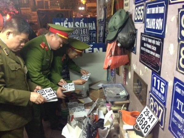 Hàng chục BKS giả các loại đã bị CAQ Hoàn Kiếm và Quản lý thị trường phát hiện, thu giữ trong cửa hàng 42 phố Trần Nhật Duật