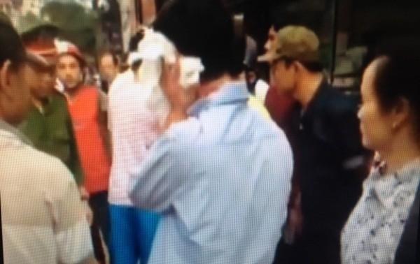 Lái xe vi phạm bị người dân bức xúc lôi xuống đánh. Lực lượng CSGT và CAP Kim Liên đã can thiệp kịp thời đưa về trụ sở đảm bảo an toàn