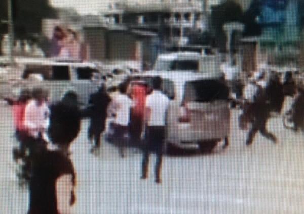 Chiếc xe Innova cố tình bỏ chạy và bị người dân truy đuổi (Ảnh chụp từ clip)