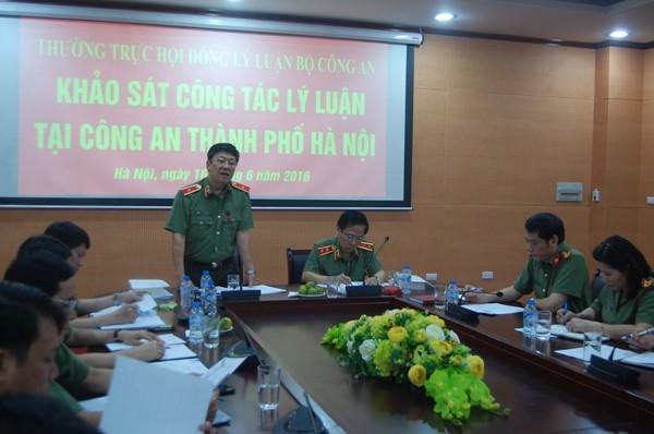 Thiếu tướng Bạch Thành Định báo cáo với đoàn kiểm tra khảo sát về công tác lý luận của CATP Hà Nội