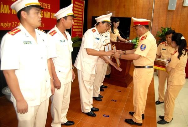 Đại tá Đào Vịnh Thắng, Trưởng Phòng CSGT trao quyết định thăng cấp bậc hàm, nâng bậc lương cho CBCS