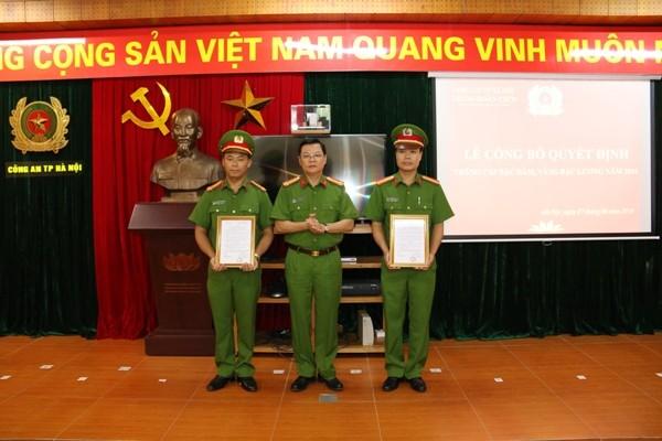 Đại tá Đào Thanh Hải, Phó Giám đốc CATP Hà Nội trao quyết định thăng cấp bậc hàm, nâng bậc lương cho CBCS Trung đoàn CSCĐ