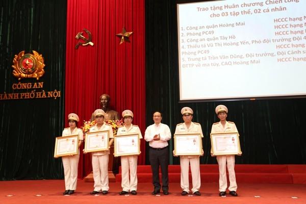 Thừa ủy quyền của Chủ tịch nước, đồng chí Nguyễn Thế Hùng trao Huân chương Chiến công các hạng cho 3 tập thể và 2 cá nhân của CATP Hà Nội