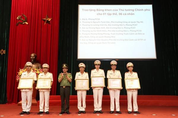 Thừa ủy quyền của Thủ tướng Chính phủ, Thiếu tướng Đoàn Duy Khương trao Bằng khen của Thủ tướng Chính phủ cho 1 tập thể, 6 cá nhân của CATP Hà Nội