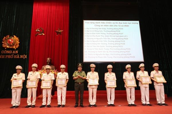 Thừa ủy quyền của lãnh đạo Bộ Công an, Thiếu tướng Lưu Quang Hợi, Phó Giám đốc CATP Hà Nội trao Danh hiệu chiến sỹ thi đua toàn lực lượng CAND cho các cá nhân trong CATP Hà Nội