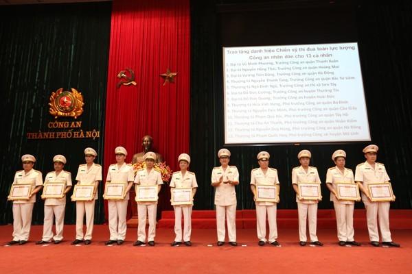 Thừa ủy quyền của lãnh đạo Bộ Công an, Thiếu tướng Bạch Thành Định, Phó Giám đốc CATP Hà Nội trao Danh hiệu chiến sỹ thi đua toàn lực lượng cho các cá nhân trong CATP Hà Nội
