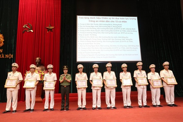 Thừa ủy quyền của lãnh đạo Bộ Công an, Thiếu tướng Phạm Xuân Bình, Phó Giám đốc CATP Hà Nội trao Danh hiệu chiến sỹ thi đua toàn lực lượng CAND cho các cá nhân trong CATP Hà Nội