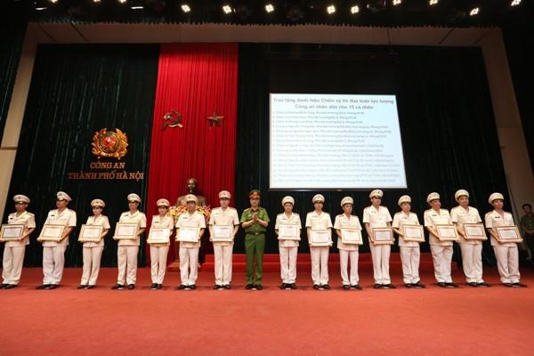 Thừa ủy quyền của lãnh đạo Bộ Công an, Đại tá Nguyễn Duy Ngọc, Phó Giám đốc CATP Hà Nội trao Danh hiệu chiến sỹ thi đua toàn lực lượng CAND cho các cá nhân của CATP Hà Nội