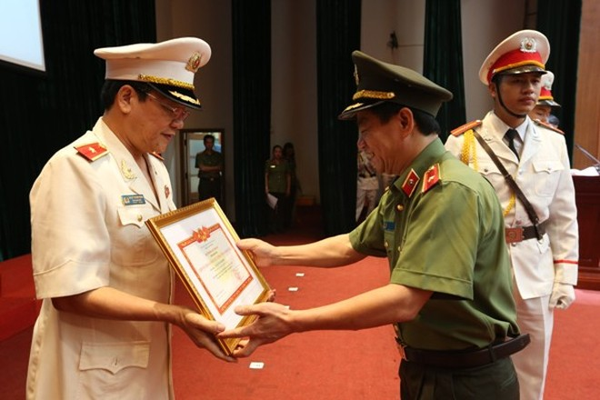 Thừa ủy quyền của Bộ trưởng Bộ Công an, Thiếu tướng Đoàn Duy Khương trao Danh hiệu chiến sỹ thi đua toàn lực lượng CAND cho Thiếu tướng Bạch Thành Định, Phó Giám đốc CATP Hà Nội