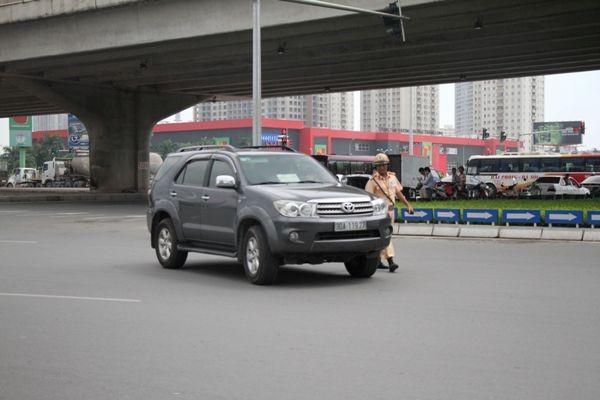 CSGT kiểm tra nhiều xe ô tô mang phù hiệu báo chí không đúng quy định