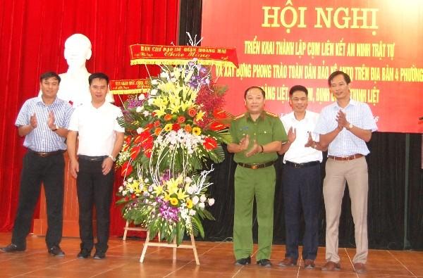 Đại tá Nguyễn Hồng Thái, Trưởng CAQ Hoàng Mai, Phó trưởng Ban chỉ đạo 138 quận Hoàng Mai tặng lẵng hoa chúc mừng các thành viên trong Cụm liên kết số 2 quận Hoàng Mai