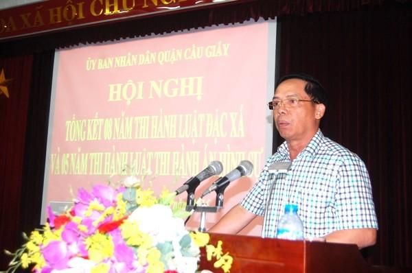 Ông Nguyễn Quang Thắng, Chủ tịch UBND phường Dịch Vọng Hậu tham luận tại Hội nghị