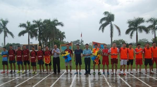 Đại diện Phòng Bảo vệ Chính trị nội bộ 5 và Tiểu đoàn tên lửa 78- Sư đoàn Phòng không Không quân tặng hoa cho các vận động viên