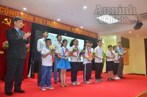 Đại diện Ban tổ chức trao thưởng cho các em học sinh đoạt giải