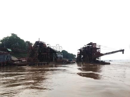 Đứng cách xa hàng km, nhóm PV Báo ANTĐ cũng dễ dàng nhận thấy những chiếc tàu cuốc khổng lồ, lừng lững ghim chặt giữa lòng sông Hồng.