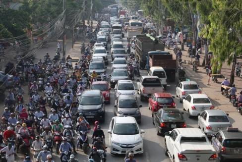 Lòng đường nhỏ hẹp, nhiều phương tiện trong đó có xe tải, xe container...đã đẩy người đi xe máy lên vỉa hè, càng khiến cho nguy cơ ùn tắc thêm trầm trọng