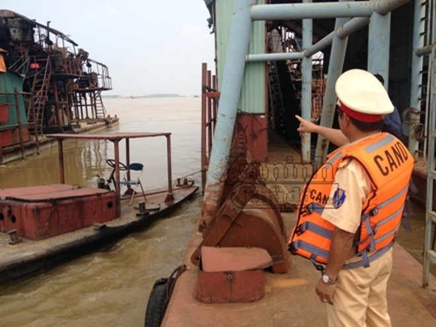 Nhiều tàu thuyền tự chế tham gia khai thác cát trái phép trên dòng sông Hồng đã bị Cảnh sát đường thủy, CATP Hà Nội phát hiện, tạm giữ
